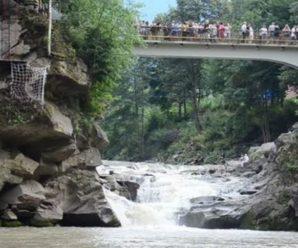 Подробиці інциденту: мама і дитина, які тонули у водоспаді в Яремчі, госпіталізовані