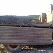На Прикарпатті патруль змусив водіїв вантажівок повернути крадений гравій на берег Дністра