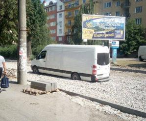 У Франківську на багатостраждальній Вовчинецькій застряг бус (фотофакт)
