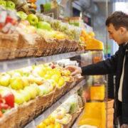 День цвілі і гнилі: У франківському супермаркеті людям продають зіпсуті продукти (фотофакт)