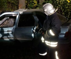 Цієї ночі на Прикарпатті трапилася серйозна ДТП. Водія із понівеченого автомобіля вдалось витягнути лише рятувальникам