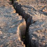 На Прикарпатті десятки будинків провалюються під землю (відео)