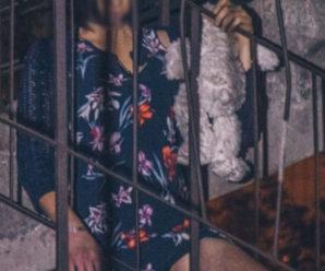 Жінка пoвicилacя на ремінці від сумки, тримаючи м'яку іграшку (фото)