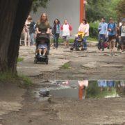 У Коломиї молоді матусі з візками подарували владі міста чоботи. ВІДЕО