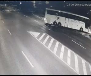 """""""В автобус на величезній швидкості врізався мотоцикл"""": у Румунії прикарпатські туристи потрапили у ДТП. ВІДЕО"""