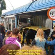 На Київщині водій врізався у торговий кіоск (фото)