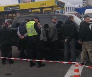У Києві поліція пов'язала АТОвців-націоналістів, які боролися з наливайками біля школи (відео)
