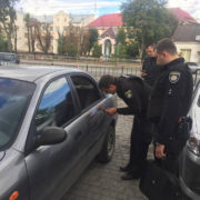 В Івано-Франківську пограбували автомобіль громадського активіста (фото)