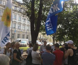 У Львові прихильників Медведчука, які прийшли пікетувати ОДА, закидали помідорами (відео)