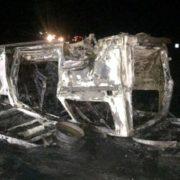 Не впорався з керуванням: мікроавтобус із пасажирами перекинувся та згорів