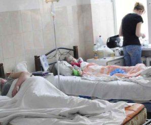 Батьки налякані масовим отруєнням: до школи не прийшли майже 250 дітей