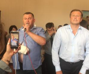 """Заклики до відставки, вірші про Україну та бутерброди: Як обурені прикарпатці брали в """"облогу"""" ОДА (фоторепортаж)"""