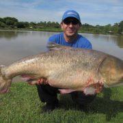 В міському озері Івано-Франківська впіймали велетенську рибу (відео)