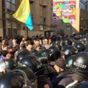 У центрі Києва День захисника України переріс в масові зіткнення між активістами і поліцією, перші подробиці