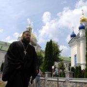 Два долари за вхід і розмови про громадянську війну на Донбасі. Про що говорять у Почаївській лаврі
