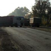 На Хмельниччині водії вантажівок перекрили трасу