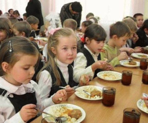 У прикарпатських школах дітей годували неякісними продуктами