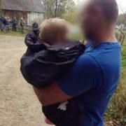 На Прикарпатті поліцейські знайшли матір з дитиною, яка втекла до лісу