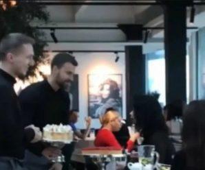 В одному з ресторанів Києва офіціант запустив торт в обличчя відвідувачці: курйозне відео