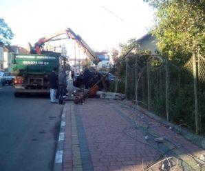 На Львівщині автомобіль на шаленій швидкості врізався у електроопору: є загиблі (фото)