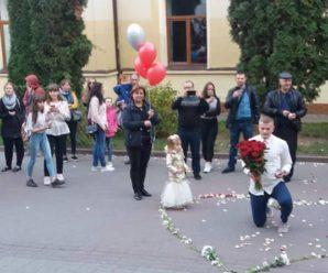Букет квітів, серце з пелюсток та обручка: у центрі Франківська чоловік романтично зробив пропозицію для своєї коханої (фото + відео)