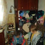 На Прикарпатті горе-матір занедбала п'ятеро малих дітей (фото)