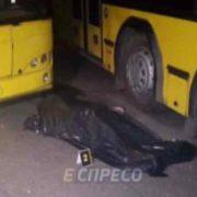 """""""Стальні обійми"""": Невинну жінку насмерть затиснуло між автобусами"""