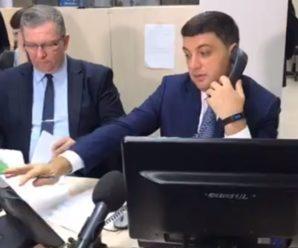 Гройсман відвідав урядовий колл-центр і спробував себе в ролі оператора відповівши на запитання українців (відео)