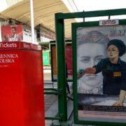 На вулицях Варшави з'явилась неоднозначна реклама про українських заробітчан