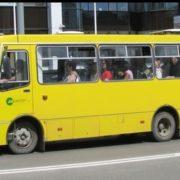 У Франківську маршрутний автобус припаркувався на дитячому майданчику