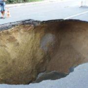 В Китаї люди посеред вулиці провалились в бездонну яму, є пoстраждалі (Відео)