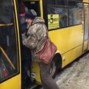 «Чернівці вражають»: у маршрутках з'явилася нова професія трамбувальника пасажирів (ВІДЕО)
