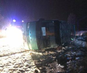 В Снятині на засніженій дорозі перекинувся автобус з пасажирами (ФОТО)