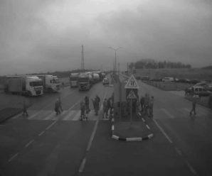 """В Україну заборонили ввозити""""євробляхи"""": українсько-польський кордон перекритий (фото)"""