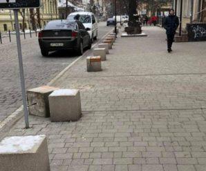 На вулиці Шевченка водії вирвали лавки, щоб зробити проїзд автівкам