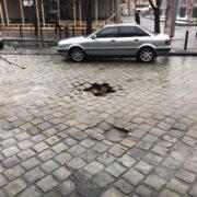 У центрі Івано-Франківська провалилася дорога