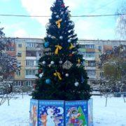 В одному з мікрорайонів Франківська встановили першу новорічну ялинку