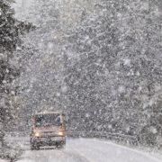 Сильний сніг та ожеледь: мешканців Прикарпаття попередили про значне погіршення погоди