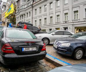 """Андрій Парубій підписав закони про розмитнення """"євроблях"""""""