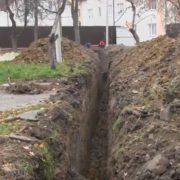 У Калуші біля палацу культури «Юність» дитина провалилася в яму. ВІДЕО