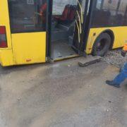 У Франківську на дорозі провалився тролейбус