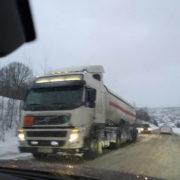 Через дощ при мінусовій температурі дороги Прикарпаття перетворилися на лід (фото)