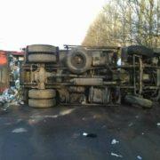 Вантажівка, яка везла сміття з Франківська, злетіла з замерзлої дороги