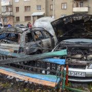 З'явилося відео нічної пожежі двох автомобілів біля податкової у Коломиї (відео)