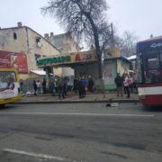 ДТП у Франківську: у центрі міста не розминулися автобус та маршрутка (фото)
