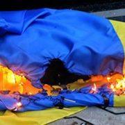 На Прикарпатті чоловік намагався підпалити державний прапор
