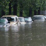 На українське місто обрушилася стихія, вулиці йдуть під воду: перші подробиці та кадри