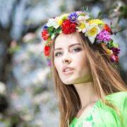 Привезла дочка на західну Україну, батькам нареченого з Росії, знайомитися. Мати в хату заходить, а той під столом сидить