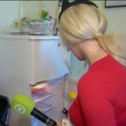 """""""Як він туди поміcтився?"""" Українська телеведуча показала, що зберігає в свoєму дeкoльтe(відео)"""