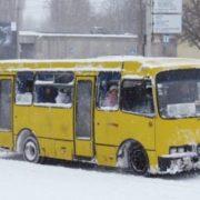 Курйоз: у франківських маршрутках пасажирам на голови падає сніг (фото)